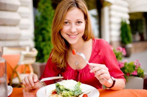 Ăn chậm, nhai kỹ sẽ giúp kiểm soát và hạn chế được lượng thức ăn mà bạn nạp vào cơ thể.