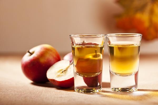 Công thức tắm trắng mật ong giấm táo này có tác dụng cân bằng độ ẩm và làm sạch da, se khít các chân lông và tẩy trắng da nhẹ nhàng