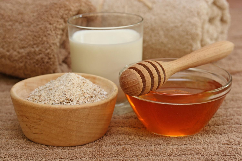 Hỗn hợp mật ong và bột yến mạch giúp nuôi dưỡng làn da mềm mịn và trắng sáng từ sâu bên trong