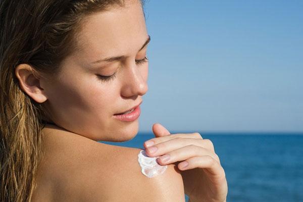 Sử dụng kem chống nắng là cách giúp bảo vệ làn da trước các tác hại của tia UV, đồng thời giữ da luôn mềm mại và sáng mịn hơn