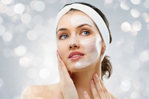 Rửa mặt là bước làm sạch quan trọng giúp hạn chế tình trạng mụn cám hiệu quả.