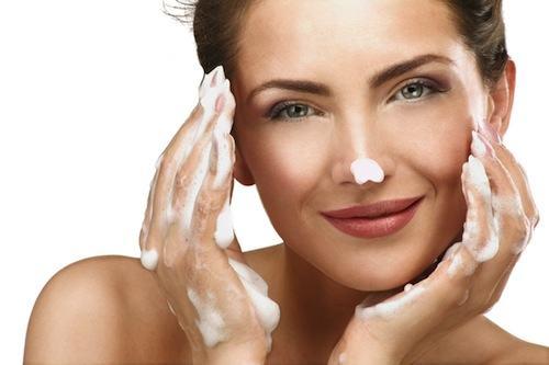 Không rửa tay trước khi rửa mặt sẽ khiến vi khuẩn dễ dàng lây lan khắp mặt, dẫn đến tình trạng viêm nhiễm và gây mụn cho làn da.