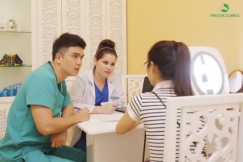 Chuyên gia Thu Cúc Clinics đang thăm khám và tư vấn về dịch vụ trị mụn cho khách hàng.