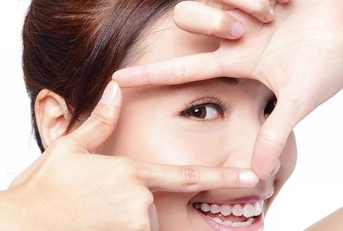 Vùng da mắt căng mịn thu hút ánh ánh nhìn của người đối diện