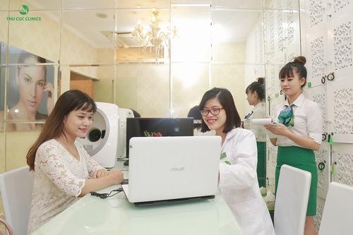 Bác sĩ công nghệ cao của Thu Cúc Clinics tư vấn cho khách hàng về liệu trình trị mụn bằng công nghệ Blue Light.