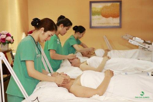 Khách hàng đang thư giãn khi chăm sóc da tại Thu Cúc Clinics.
