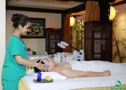Chuyên viên Thu Cúc Clinics đang massage bấm huyệt cho khách hàng.