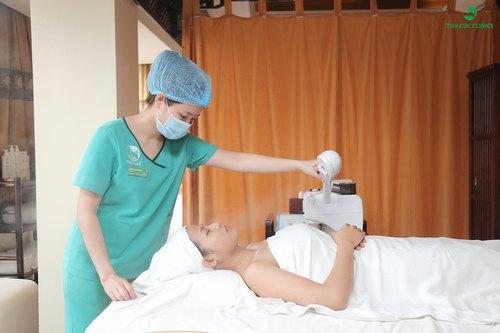Xông hơi làm mềm da là bước không thể thiếu khi chăm sóc da tăng cường tại Thu Cúc Clinics.