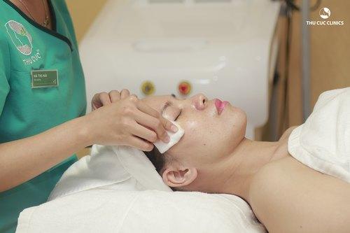 Chuyên viên Thu Cúc Clinics dang thanh lọc da tiêu chuẩn cho khách hàng.