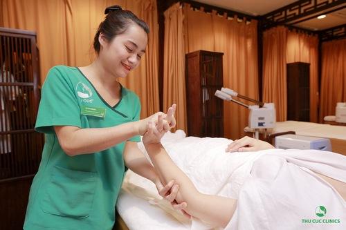 dịch vụ trị liệu bấm huyệt chân, tay tăng cường sự dẻo dai cho đôi bàn tay, chân