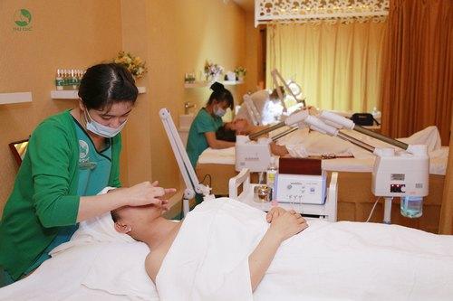 Các chuyên viên trực tiếp thực hiện dịch vụ đều là điều dưỡng viên được đào tạo bài bản, vững chuyên môn và giàu kinh nghiệm thực hành.