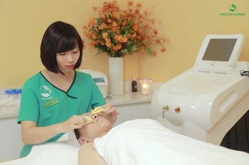 Chuyên viên Thu Cúc Clincis đang tẩy trạng vùng mắt, môi cho khách hàng trước khi tiến hành các bước chăm sóc chuyên sâu.