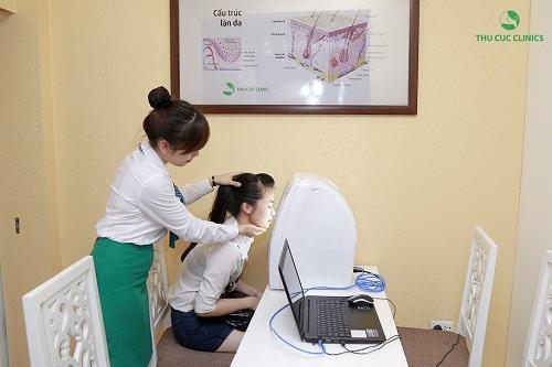 Thăm khám là bước cực kỳ quan trọng để kiểm tra tình trạng mụn cũng như liệu trình điều trị phù hợp nhất.