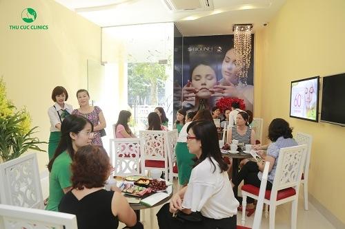 Không khí tại Thu Cúc Clinic Lạng Sơn luôn tập nập, đông đúc khách hàng đến làm đẹp.