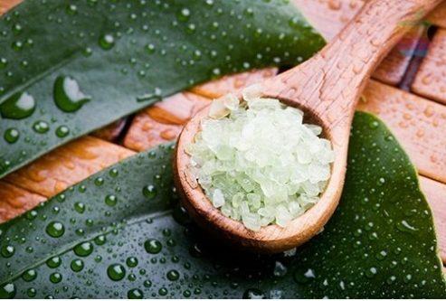 Trà xanh và muối biển là một trong những nguyên liệu nhiều dưỡng chất cần thiết tốt cho làn da