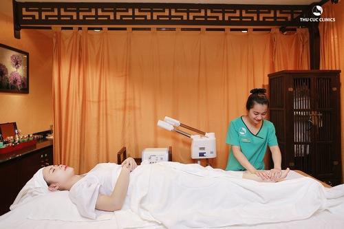 Khách hàng đang trải nghiệm trị liệu bấm huyệt bằng phương pháp Nhật Bản tại Thu Cúc Clinics