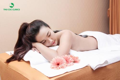 Trị liệu bằng năng lượng đá nóng giúp cơ thể thư giãn, điều trị các vấn đề về xương khớp