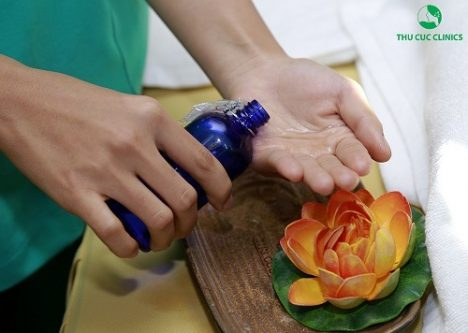Trị liệu giải độc tố toàn thân tại Thu Cúc Clinics sử dụng tinh dầu chiết xuất từ thiên nhiên thân thiện với làn da