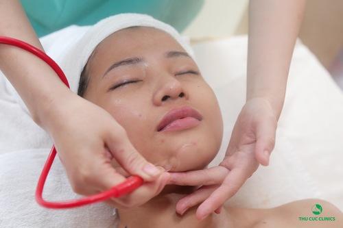 Khách hàng đang được hút dầu giúp làm sạch da sâu