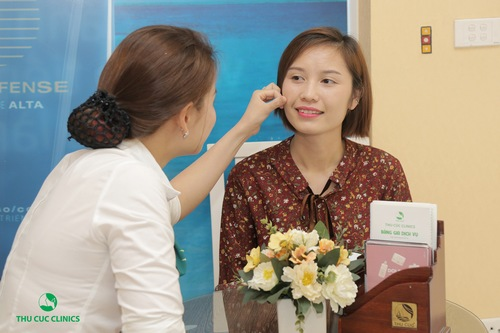 Chuyên viên đang thăm khám và tư vấn giúp khách hàng nhận biết tình trạng da của bản thân