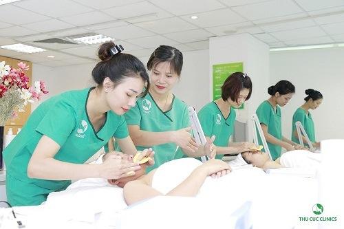 Chuyên viên làm sạch da trước khi tiến hành quy trình trẻ hóa da với công nghệ Hifu