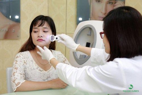 Sau khi được bác sĩ thăm khám và soi da, Lan Hương đã hiểu rõ hơn vấn đề gặp phải và tình trạng của mình. Theo đó, do tình trạng mụn sưng viêm diện rộng và da nhạy cảm nên cô bạn được chỉ định điều trị bằng công nghệ BlueLight hiện đại.
