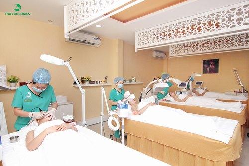 Khách hàng đang trải nghiệm các dịch vụ làm đẹp cao cấp tại Thu Cúc Clinics.