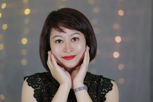 Làn da sáng mịn, trẻ trung của khách hàng sau khi trải nghiệm dịch vụ trẻ hóa da bằng mặt nạ than tại Thu Cúc Clinics.