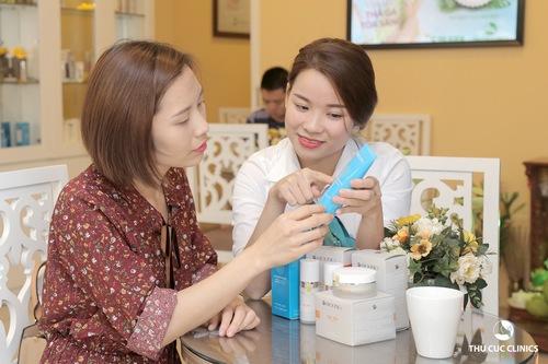 Khách hàng được chuyên viên tư vấn sản phẩm trong quá trình thực hiện liệu pháp trẻ hóa da đặc biệt vùng cô bằng mặt nạ