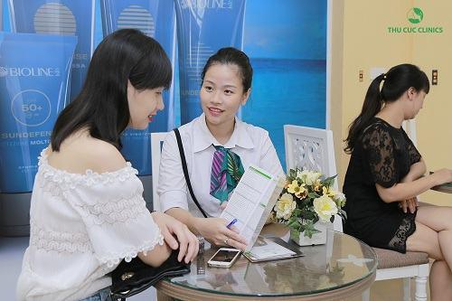 Chuyên viên Thu Cúc Clinics đang tư vấn về phương pháp triệt lông mặt cho khách hàng.