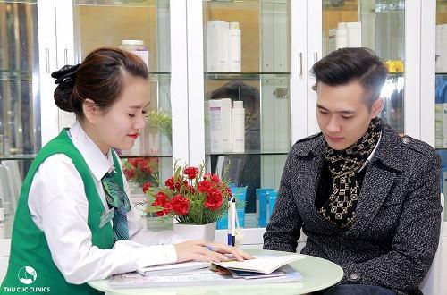 Chuyên gia Thu Cúc Clinics đang tư vấn dịch vụ triệt lông vùng bụng cho khách hàng.