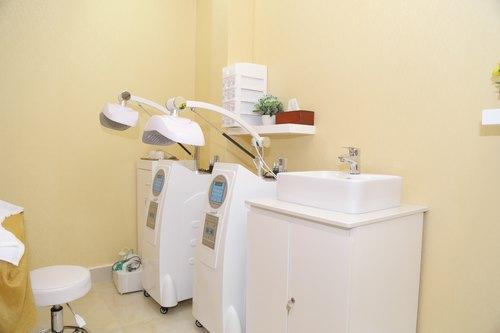 Thu Cúc Clinics trang bị công nghệ Blue Light hiện đại để trị mụn hiệu quả và nhanh chóng cho khách hàng.