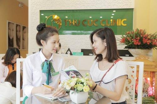 Diệu Linh được các chuyên viên Thu Cúc Clinics đón tiếp, thăm khám và tư vấn một cách tận tình, kỹ lưỡng về phương pháp trị mụn Blue Light trước khi thực hiện.
