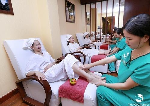 Với dịch vụ bấm huyệt chân, khách hàng sẽ được kết hợp loại kem chuyên dụng cùng các động tác xoa miết, day ấn