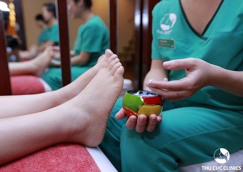 Khách hàng đang trải nghiệm liệu pháp làm mềm gót chân