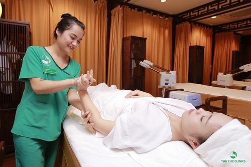 Khách hàng đang được trải nghiệm quy trình trị liệu ấn huyệt tay
