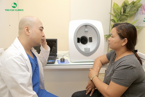 Bác sĩ da liễu sẽ thăm khám tình trạng da.
