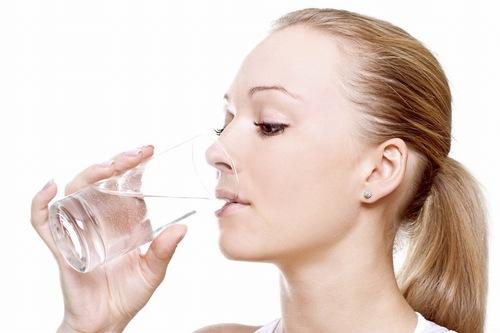 Uống đủ nước mỗi ngày giúp làn da nhanh chóng hồi phục