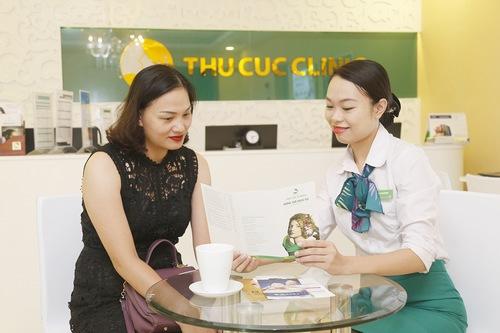 Chuyên viên hướng dẫn khách hàng chăm sóc da tại nhà