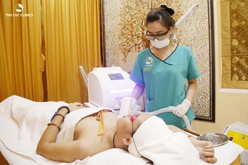 Khách hàng đang trải nghiệm triệt lông nách tại Thu Cúc Clinics