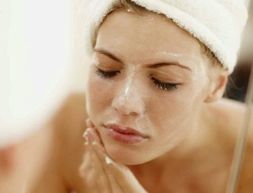 Tẩy tế bào chết cho da để thúc đầy quá trình tái tạo tế bào, cho da sáng khỏe.
