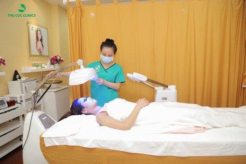 Chiếu đèn Blue light điều trị mụn cám tại Thu Cúc Clinics