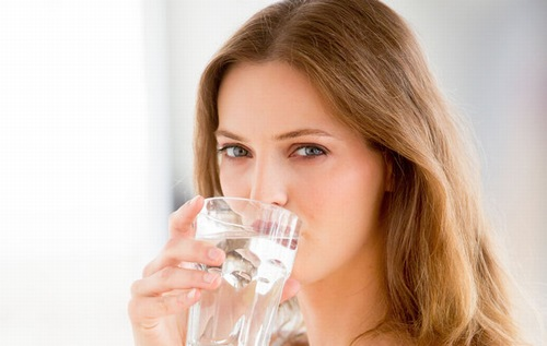 Uống đủ nước giúp cân bằng lượng nước trong cơ thể, đồng thời ngăn chặn tình trạng mụn lưng xuất hiện