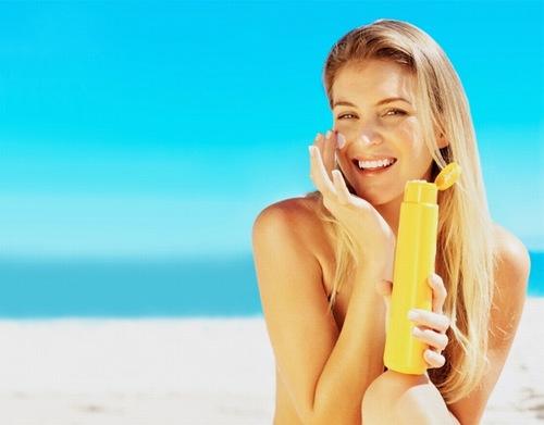 Thoa kem chống nắng mỗi ngày có khả năng điều trị mụn do da hỗn hợp