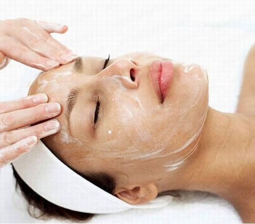 Bạn chỉ nên tẩy da chết cho làn da dầu 1 lần/tuần.