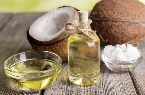 Dầu dừa là nguyên liệu thiên nhiên được mẹ bầu rất ừa chuộng bởi lành tính, có thể chữa rạn da, làm trắng và đặc biệt là trị mụn.
