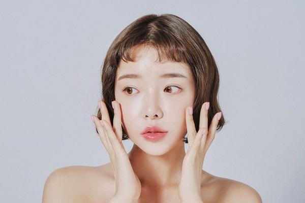 Làm sạch là một trong các bước chăm sóc da mặt mụn quan trọng nhất