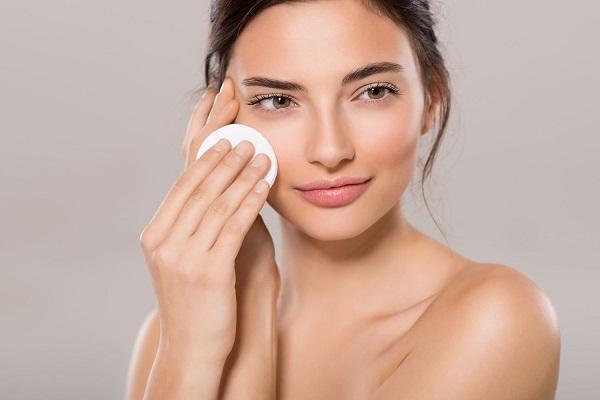 Dùng toner sau bước làm sạch da