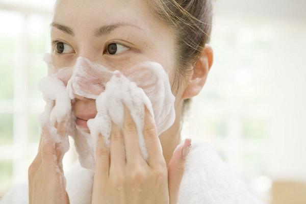 Làm sạch là một trong các bước chăm sóc da mụn quan trọng nhất