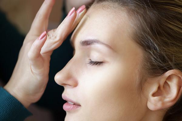 Thuốc trị mụn phù hợp với làn da sẽ không gây kích ứng mạnh như mẩn đỏ, bong tróc